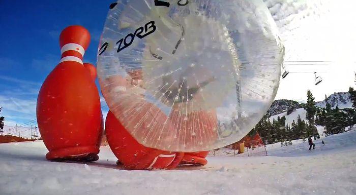 巨大ボールの中に入って転げ落ちる「雪上人間ボーリング」が楽しそう